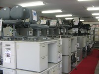 一階は中古デスク、中古OAチェア、中古ワゴン、複合機、間仕切や電話・LAN工事、内装工事のご案内など!!