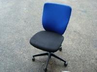 中古オフィス家具のOAチェアーです!青と黒のコントラストが人気!