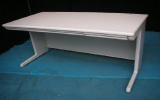 中古オフィス家具の平デスクです!人気のオカムラ製です!