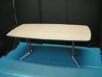 中古オフィス家具の会議テーブルです。やわらかい雰囲気の丸型!