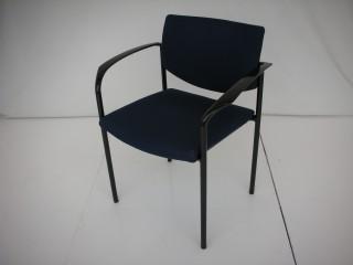 中古オフィス家具のスタッキングチェアーです!モダンなデザインが人気!