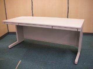 中古オフィス家具の平デスクです!大量入荷しております!