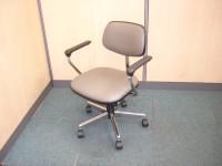 中古オフィス家具のありがとう屋。コクヨの肘有チェアです。