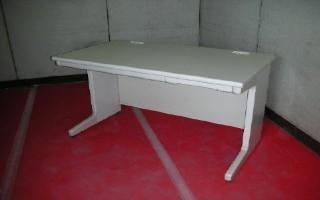 中古オフィス家具の平デスクです!オフィスの定番!